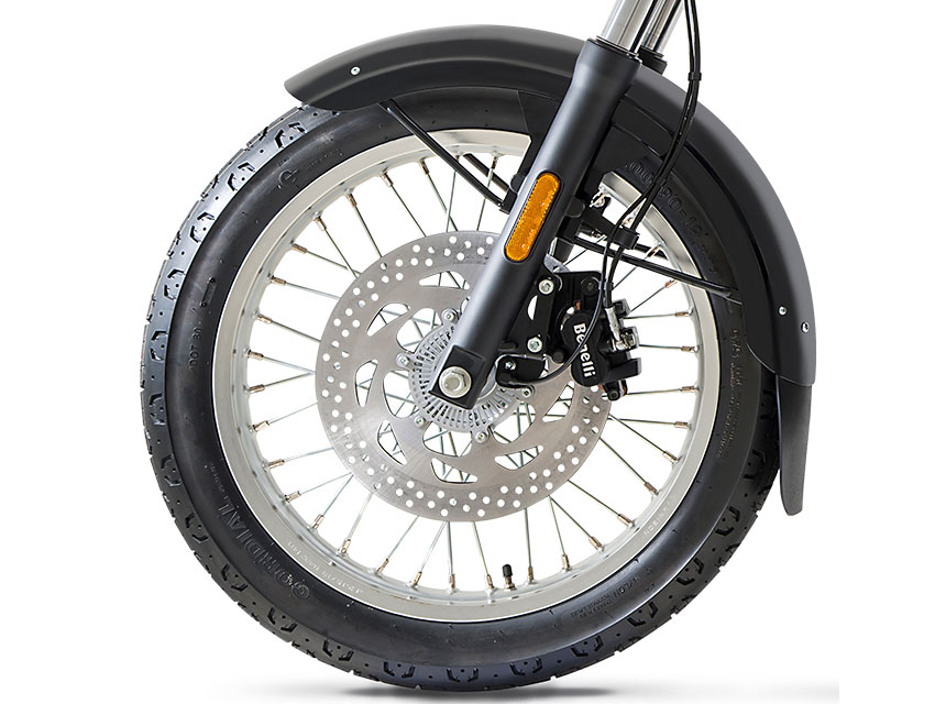 The effective and balanced braking system of the Imperiale 400 features a 300 mm diameter disc on the front with two-piston floating calliper and a 240 mm disc with single-piston calliper at the rear, thus ensuring full control of the bike. The aluminium alloy rims have different diameters: 19