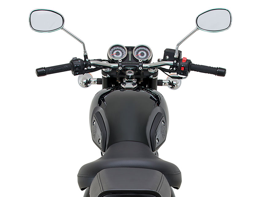 Chrome inserts accentuate the vintage style of this new Benelli motorcycle, reinforced by the round front headlight – typically retro – and the teardrop tank, which bring out the motorcycle's true essence.